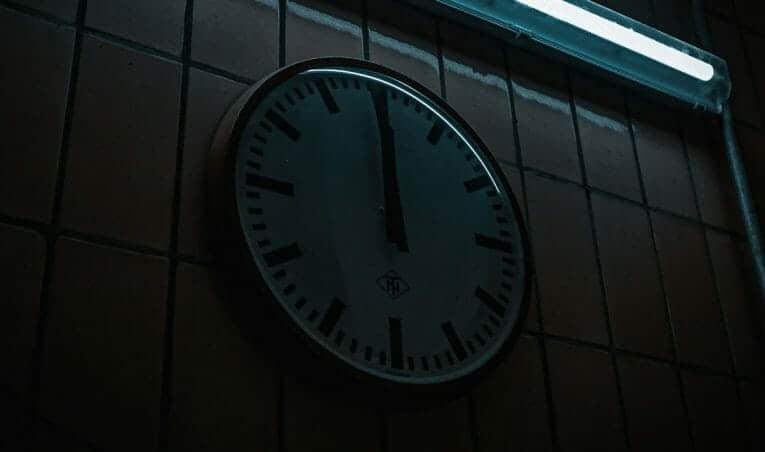 Uhr an der Wand